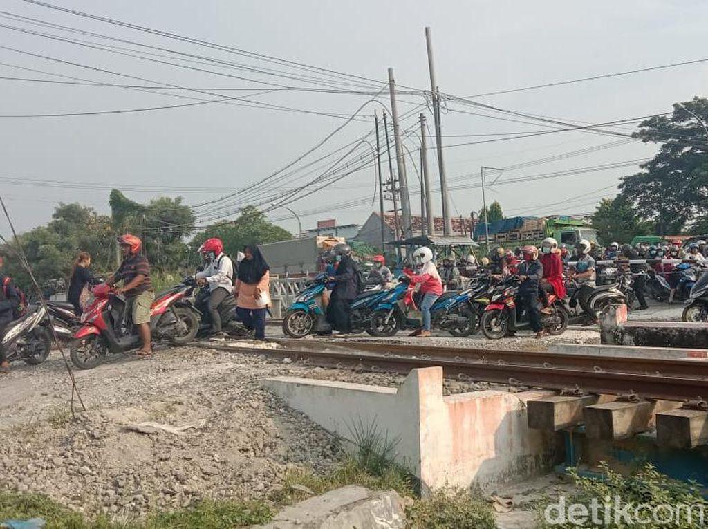 Warga Bongkar Perlintasan Kereta Api di Lamongan yang Kemarin Ditutup