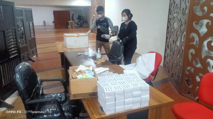 Polisi menggerebek lokasi Layanan rapid test Antigen Bekas di Bandara Kualanamu Sumut.