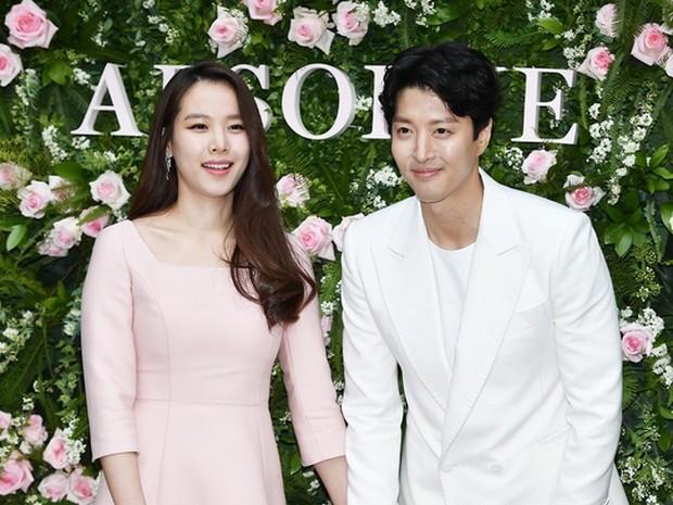 Kebersamaan Lee Dong Gun dan Jo Yoon Hee saat menghadiri sebuah acara.