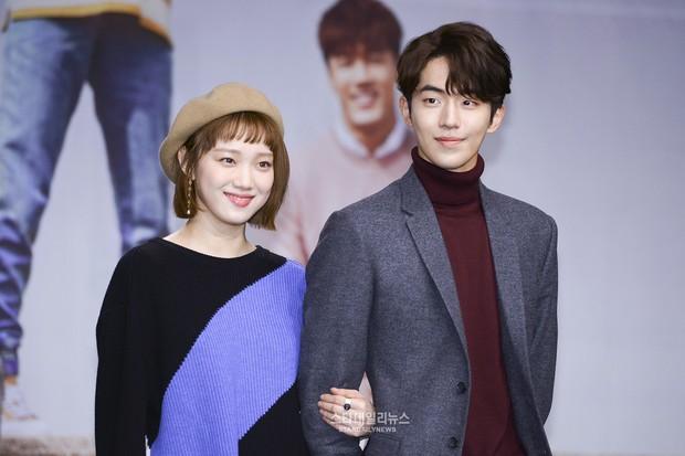 Kebersaam Nam Joo Hyuk dengan Lee Sung Kyung dalam konferensi pers seri drama mereka.