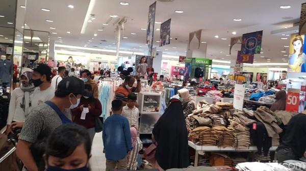 Pusat perbelanjaan di Karawang ramai dipadati pengunjung.