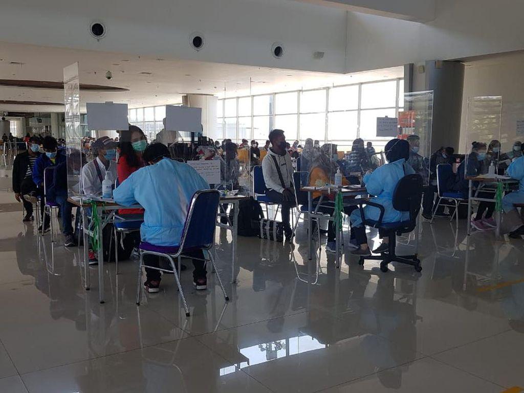 Ratusan TKI yang Pulang ke Jatim Dikarantina di Wisma Asrama Haji Surabaya