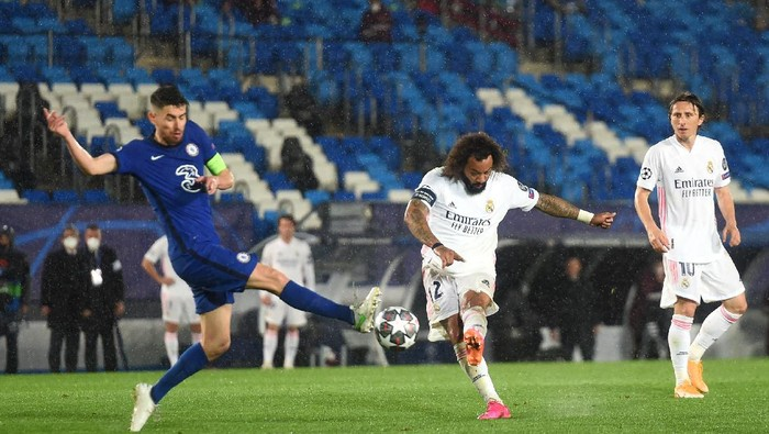 MADRID, SPAIN - APRIL 27 Marcelo of Real Madrid shoots and misses whilst under pressure from Jorginho of Chelsea during the UEFA Champions League Semi Final First Leg match between Real Madrid and Chelsea FC at Estadio Alfredo Di Stefano on April 27, 2021 in Madrid, Spain. Sporting stadiums around Spain remain under strict restrictions due to the Coronavirus Pandemic as Government social distancing laws prohibit fans inside venues resulting in games being played behind closed doors.  (Photo by Denis Doyle/Getty Images)