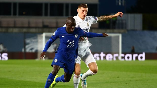 Soccer Football - Champions League - Semi Final First Leg - Real Madrid v Chelsea - Estadio Alfredo Di Stefano, Madrid, Spain - April 27, 2021 Real Madrid's Toni Kroos in action with Chelsea's N'Golo Kante REUTERS/Sergio Perez