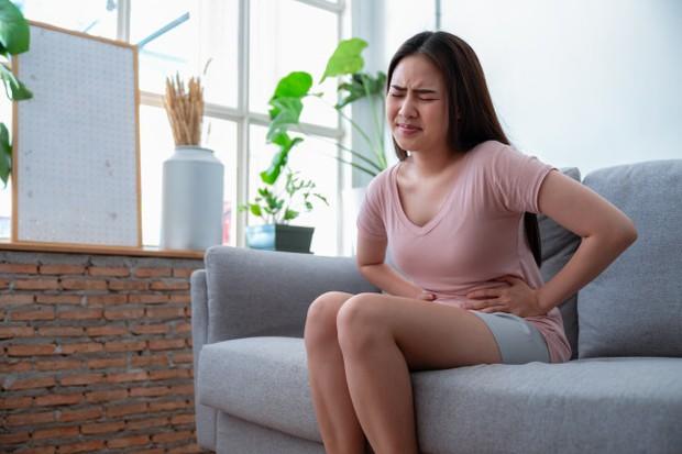 Tanda usus kotor yang pertama adalah sulit buang air besar atau BAB. Kondisi ini terjadi karena usus dipenuhi sisa-sisa makanan yang tersimpan lama.