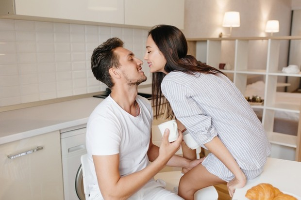 Dalam hubungan yang sehat, kedua pasangan cenderung berbagi perasaan tulus mereka satu sama lain dengan bebas. Kedua pasangan menghormati dan menerima perasaan satu sama lain.
