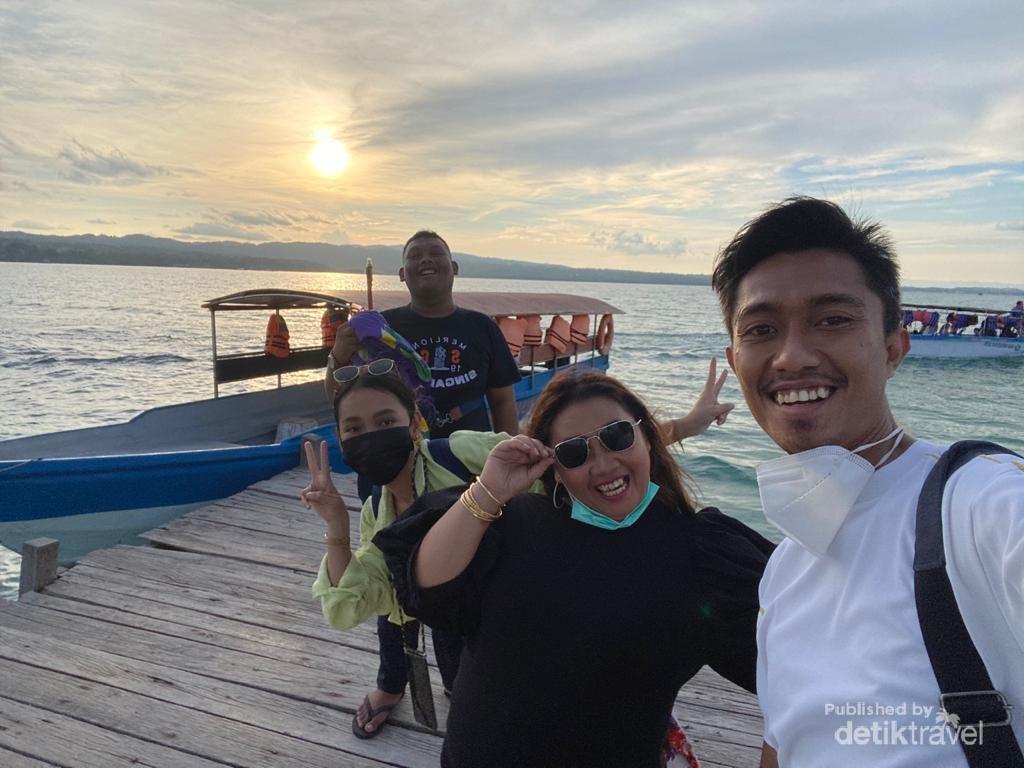Terhipnotis Senja di Pulau Bokori