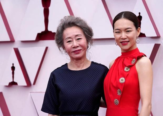 Youn Yuh Jung dan Han Ye Ri di karpet merah Piala Oscars 2021.