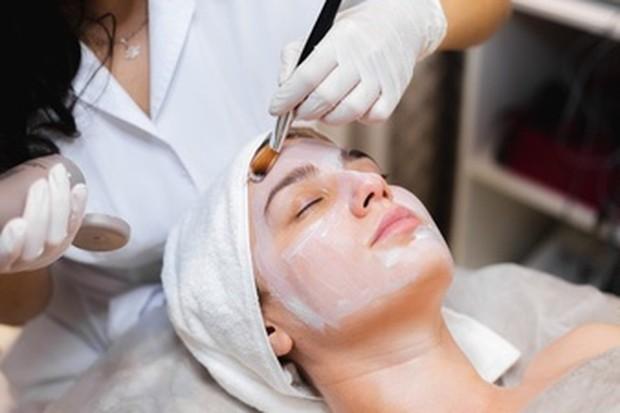 ilustrasi wanita sedang perawatan wajah