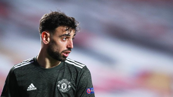 GRANADA, SPAIN - APRIL 08: Bruno Fernandes of Manchester United looks on during the UEFA Europa League Quarter Final First Leg match between Granada CF and Manchester United at Nuevo Estadio de Los Carmenes on April 08, 2021 in Granada, Spain. Sporting stadiums around Europe remain under strict restrictions due to the Coronavirus Pandemic as Government social distancing laws prohibit fans inside venues resulting in games being played behind closed doors. (Photo by Fran Santiago/Getty Images)