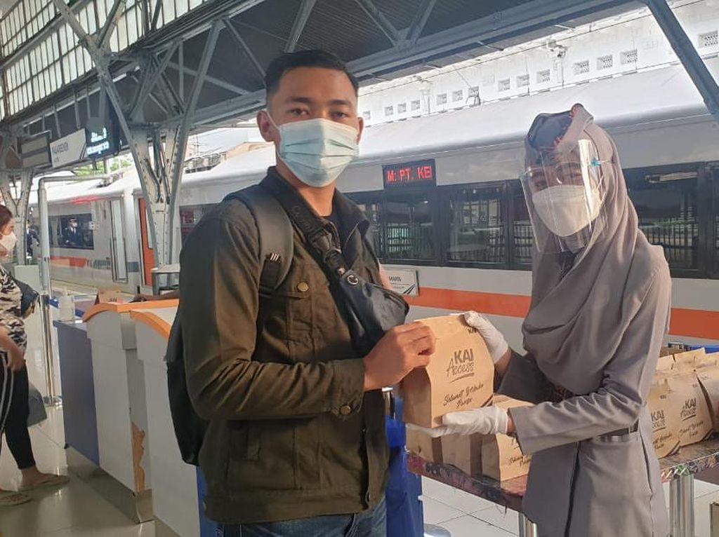 Momen Ramadhan, KAI Bagikan 24.000 Paket Takjil di 15 Stasiun