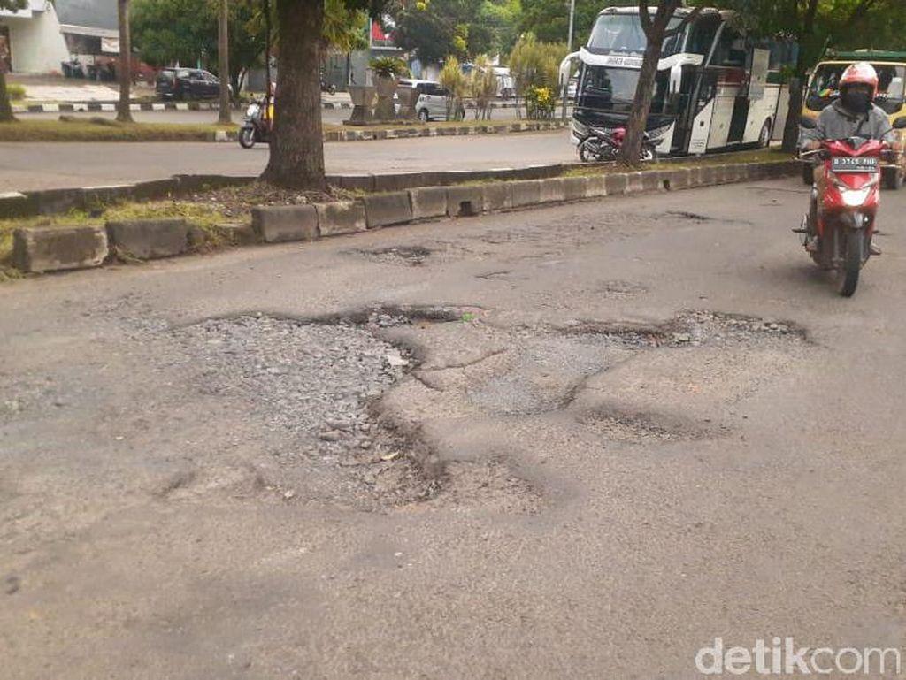 Korban Lubang Jl Tegar Beriman: Terjungkal dari Motor, Kaki Berdarah