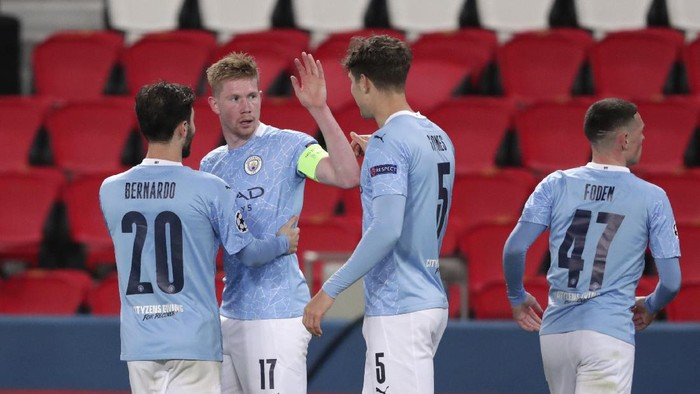 Manchester Citys Kevin De Bruyne, 2nd left, celebrates with teammates after scoring his sides first goal during the Champions League semifinal first leg soccer match between Paris Saint Germain and Manchester City at the Parc des Princes stadium, in Paris, France , Wednesday, April 28, 2021. (AP Photo/Thibault Camus)