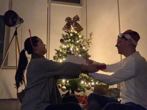 Menghabiskan malam Natal bersama.