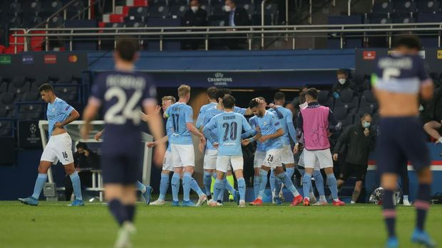 PARIS, FRANCE - APRIL 28: Riyad Mahrez of Manchester City celebrates with team mates after scoring their side's second goal during the UEFA Champions League Semi Final First Leg match between Paris Saint-Germain and Manchester City  at Parc des Princes on April 28, 2021 in Paris, France. Sporting stadiums around France remain under strict restrictions due to the Coronavirus Pandemic as Government social distancing laws prohibit fans inside venues resulting in games being played behind closed doors. (Photo by Alex Grimm/Getty Images)