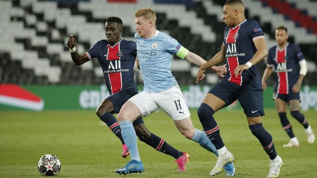 Soccer Football - Champions League - Semi Final First Leg - Paris St Germain v Manchester City - Parc des Princes, Paris, France - April 28, 2021 Manchester City's Kevin De Bruyne in action with Paris St Germain's Idrissa Gueye and Kylian Mbappe REUTERS/Benoit Tessier