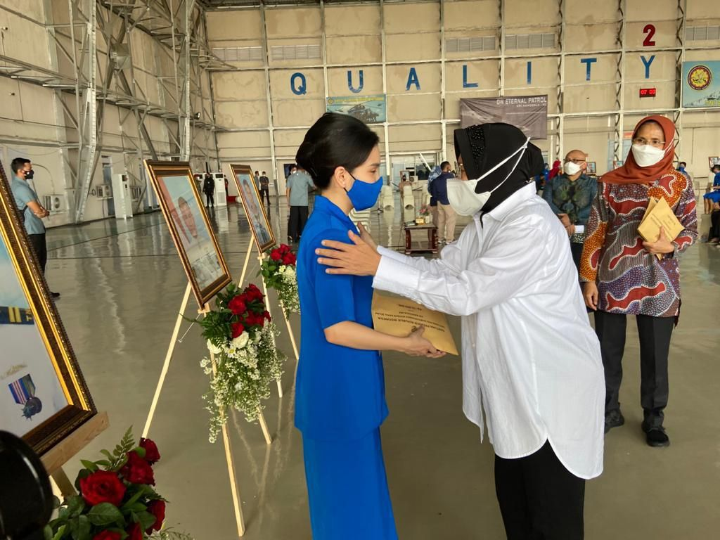 Mensos Risma Serahkan Santunan untuk Ahli Waris Kru KRI Nanggala-402
