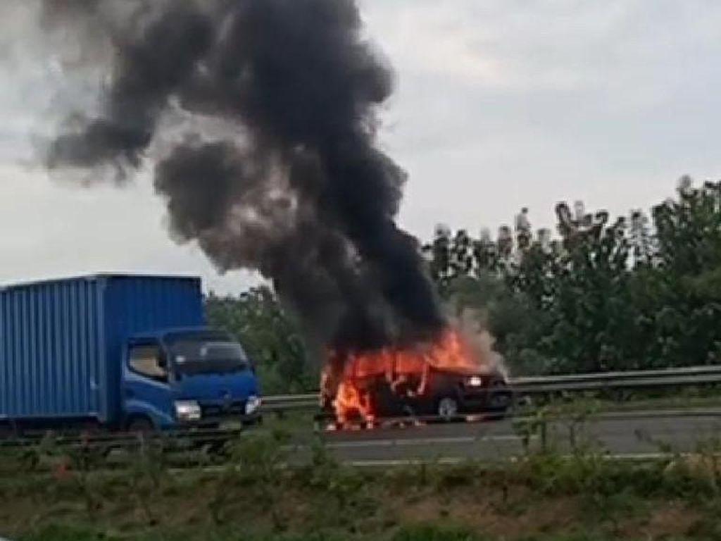 Alami Masalah Ban, Sebuah Mobil Hangus Terbakar di Tol Cipali