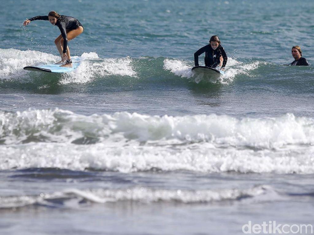 Serunya Belajar Sufing di Pantai Kawasan Canggu Bali