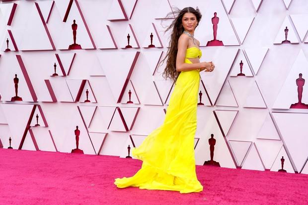 Zendaya saat tampil di karpet merah Piala Oscars 2021.