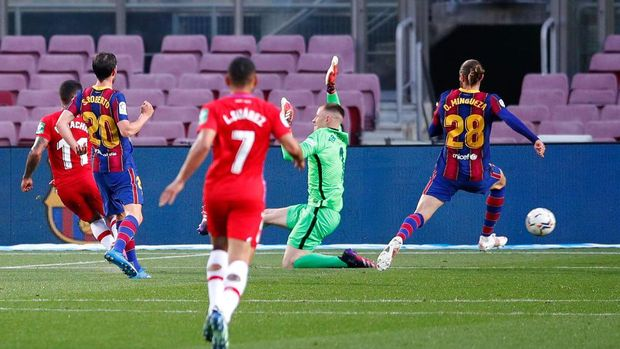 BARCELONA, SPAIN - APRIL 29: Darwin Machis of Granada CF scores their team's first goal past Marc-Andre ter Stegen of FC Barcelona during the La Liga Santander match between FC Barcelona and Granada CF at Camp Nou on April 29, 2021 in Barcelona, Spain. Sporting stadiums around Spain remain under strict restrictions due to the Coronavirus Pandemic as Government social distancing laws prohibit fans inside venues resulting in games being played behind closed doors. (Photo by Eric Alonso/Getty Images)