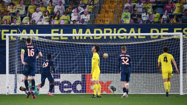 VILLARREAL, SPAIN - APRIL 29: Nicolas Pepe of Arsenal scores their team's first goal from the penalty spot during the UEFA Europa League Semi-final First Leg match between Villareal CF and Arsenal at Estadio de la Ceramica on April 29, 2021 in Villarreal, Spain. Sporting stadiums around Europe remain under strict restrictions due to the Coronavirus Pandemic as Government social distancing laws prohibit fans inside venues resulting in games being played behind closed doors. (Photo by David Ramos/Getty Images)