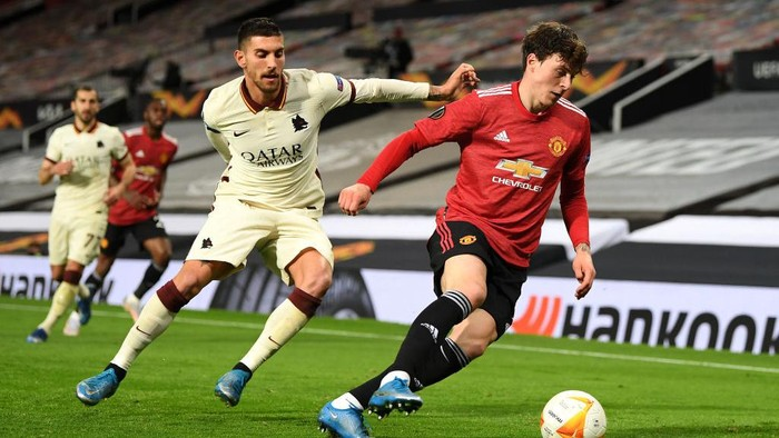 MANCHESTER, ENGLAND - APRIL 29: Victor Lindeloef of Manchester United is closed down by Lorenzo Pellegrini of Roma during the UEFA Europa League Semi-final First Leg match between Manchester United and AS Roma at Old Trafford on April 29, 2021 in Manchester, England. Sporting stadiums around Europe remain under strict restrictions due to the Coronavirus Pandemic as Government social distancing laws prohibit fans inside venues resulting in games being played behind closed doors. (Photo by Michael Regan/Getty Images)