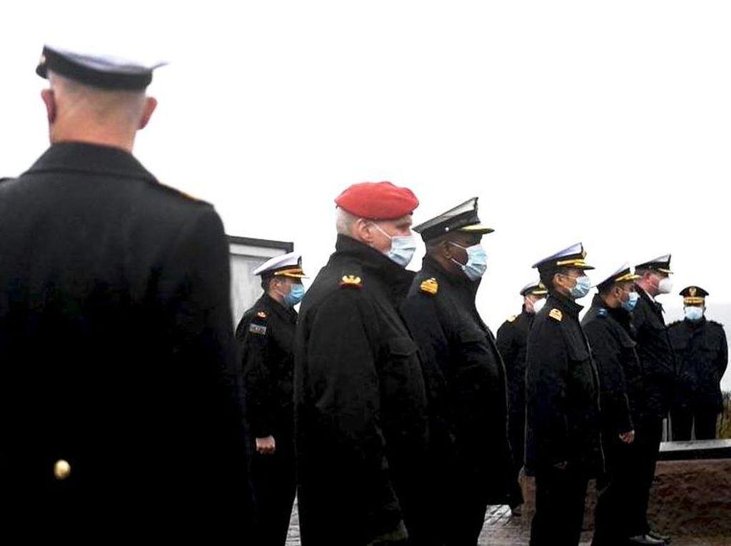 Kala Awak Kapal Selam Jerman Beri Penghormatan Terakhir untuk Kru Nanggala