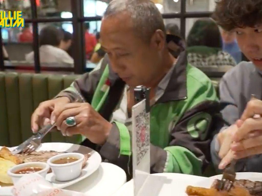 Baru Dapat 4 Orderan, Ojol Ini Senang Diajak Makan Steak Saat Buka Puasa