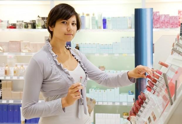 Membeli produk skincare baru secara berulang dan melupakan skincare lama.