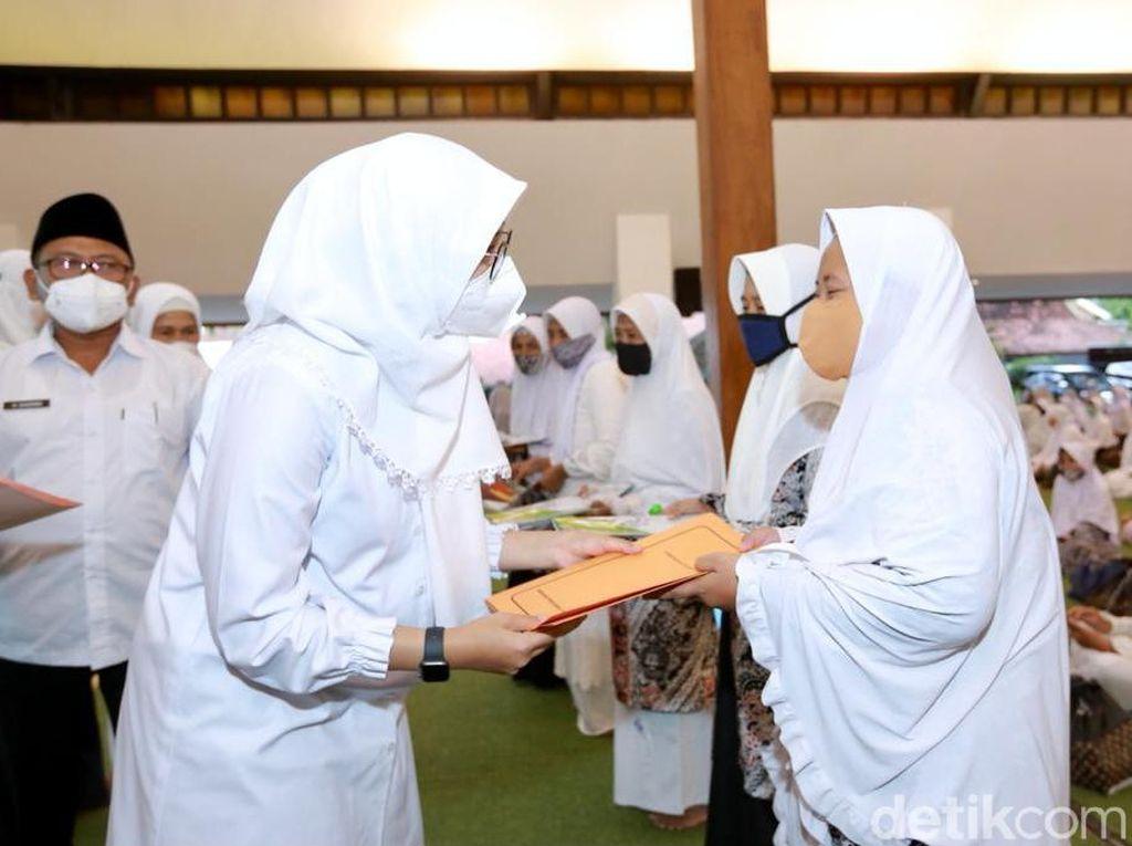 Di Momen Nuzulul Quran, Bupati Ipuk Beri Bantuan Usaha untuk Hafizah