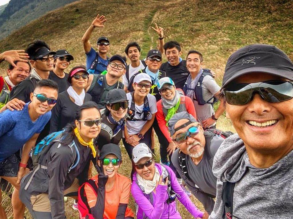 Bro Idaman! Chow Yun Fat Rela Pijat Kaki Teman saat Mendaki Bukit
