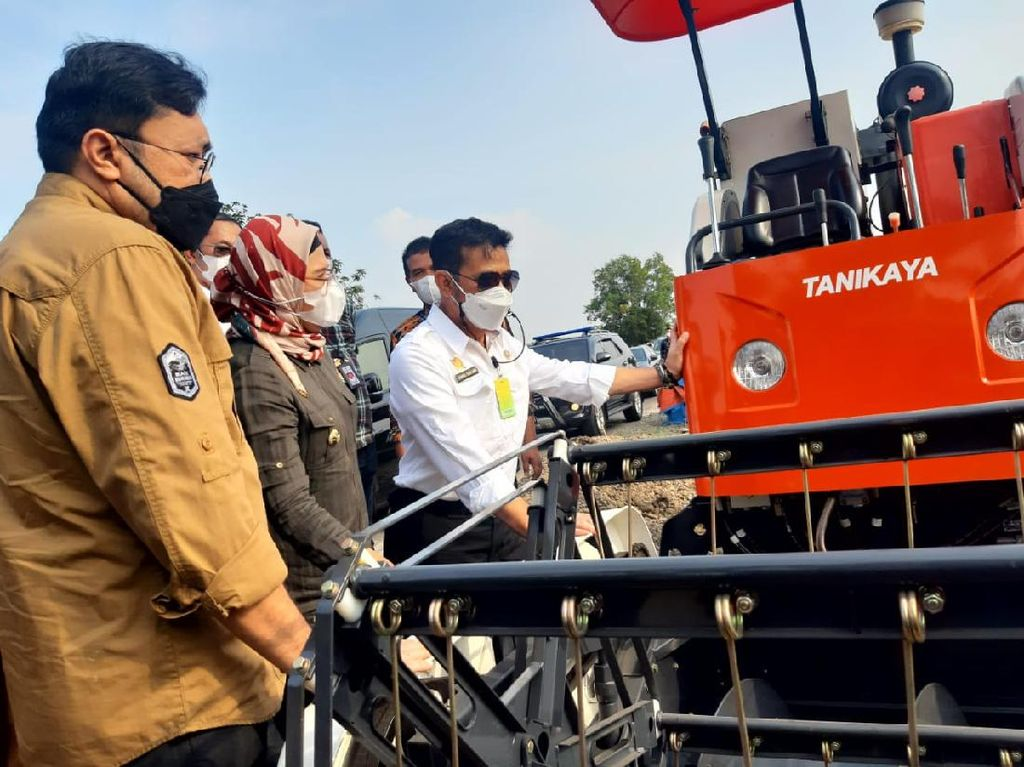 Mentan Serahkan Combine Harvester hingga Traktor ke Petani Indramayu
