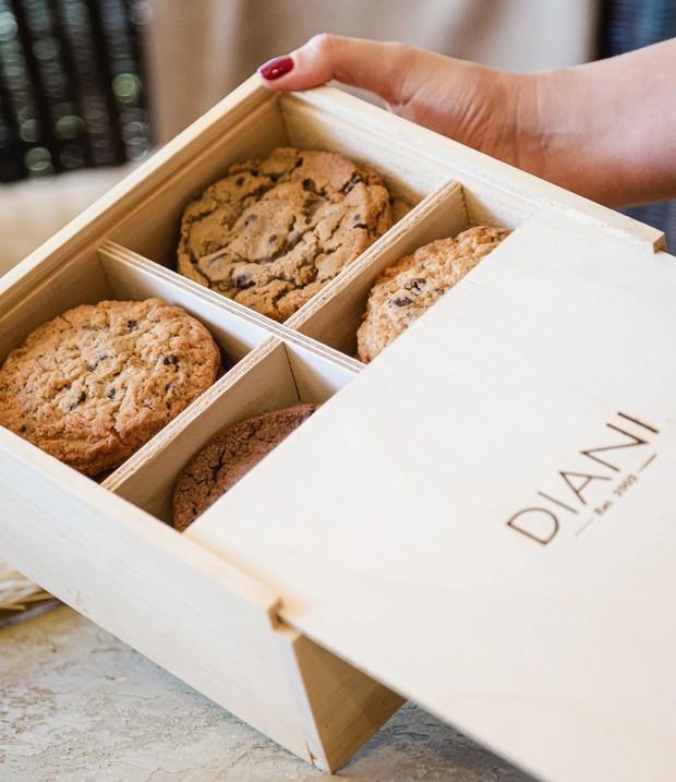 Kamu bisa mengirimkan hampers lebaran dengan mengirimkan kue kering sebagai sajian di meja.