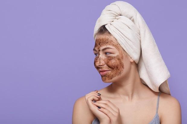 Melakukan eksfoliasi wajah yang membuat kulit glowing.