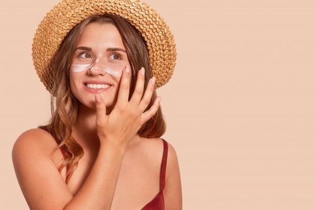 Memakai sunscreen untuk mendapatkan kulit glowing.