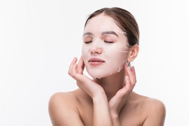 Memakai sheet mask secara rutin untuk dapatkan kulit glowing.