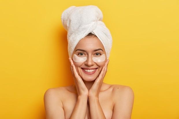 Melakukan rutinitas perawatan mata untuk dapatkan kulit glowing.