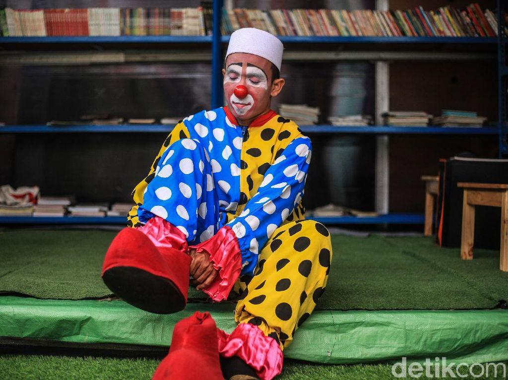 Lebih Dekat dengan Guru Ngaji Berkostum Badut Dari Tangerang