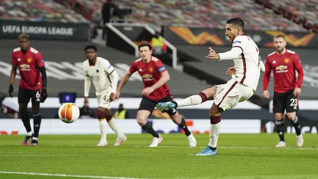 Roma's Lorenzo Pellegrini, front right, scores his side's opening goal from penalty during the Europa League semi final, first leg soccer match between Manchester United and Roma at Old Trafford in Manchester, England, Thursday, April 29, 2021. (AP Photo/Jon Super)
