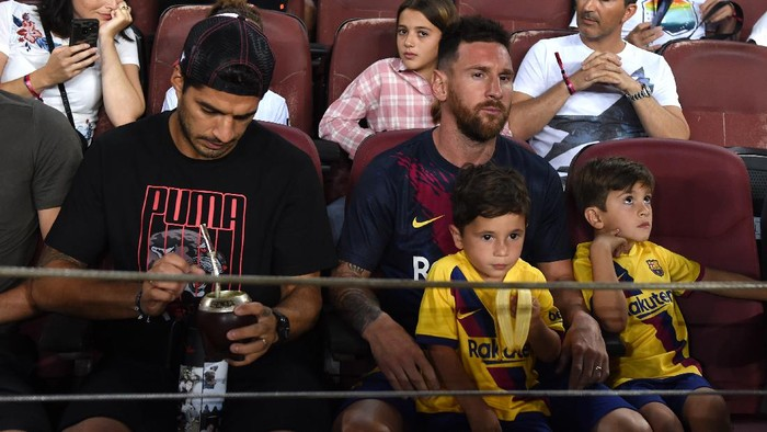 BARCELONA, SPAIN - AUGUST 25: Lionel Messi and Luis Suarez of Barcelona look on prior to the Liga match between FC Barcelona and Real Betis at Camp Nou on August 25, 2019 in Barcelona, Spain. (Photo by Alex Caparros/Getty Images)