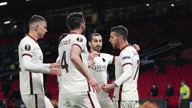 Roma's Lorenzo Pellegrini, right, celebrates with teammates after scoring his side's opening goal during the Europa League semi final, first leg soccer match between Manchester United and Roma at Old Trafford in Manchester, England, Thursday, April 29, 2021. (AP Photo/Jon Super)