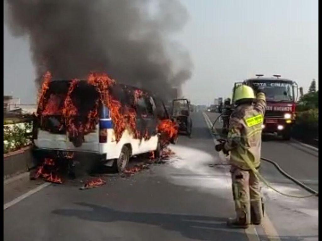 Mobil Angkutan Karyawan Tabrak Pembatas Jalan hingga Terbakar di Cimahi