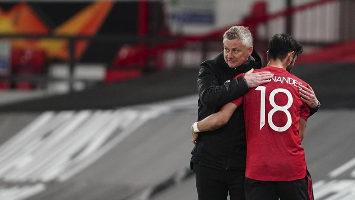 Manchester Uniteds manager Ole Gunnar Solskjaer, left, hugs with Manchester Uniteds Bruno Fernandes during the Europa League semi final, first leg soccer match between Manchester United and Roma at Old Trafford in Manchester, England, Thursday, April 29, 2021. (AP Photo/Jon Super)