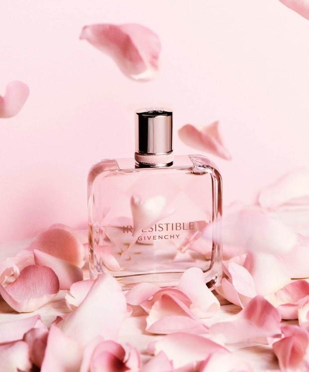 Mengajak orang tersayang dengan tampil segar dan wangi ketika lebaran dengan mengirimkan parfum sebagai hampers.