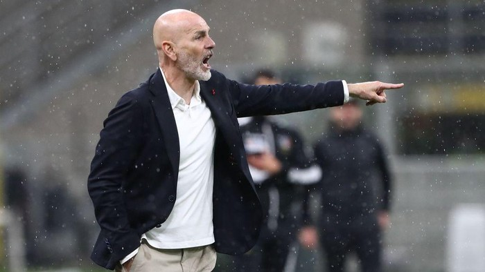 MILAN, ITALY - APRIL 21: AC Milan coach Stefano Pioli issues instructions to his players during the Serie A match between AC Milan and US Sassuolo at Stadio Giuseppe Meazza on April 21, 2021 in Milan, Italy. (Photo by Marco Luzzani/Getty Images)