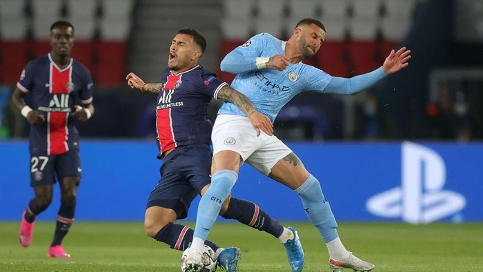 PARIS, FRANCE - APRIL 28: Leandro Paredes of Paris Saint-Germain battles for possession with Kyle Walker of Manchester City during the UEFA Champions League Semi Final First Leg match between Paris Saint-Germain and Manchester City  at Parc des Princes on April 28, 2021 in Paris, France. Sporting stadiums around France remain under strict restrictions due to the Coronavirus Pandemic as Government social distancing laws prohibit fans inside venues resulting in games being played behind closed doors. (Photo by Alex Grimm/Getty Images)