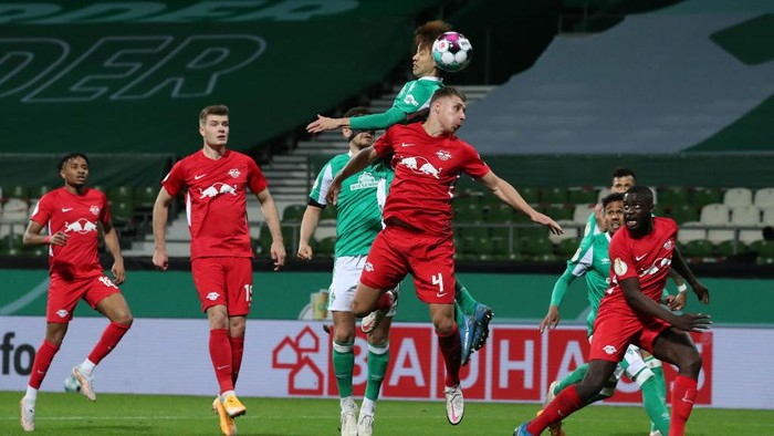 BREMEN, GERMANY - APRIL 30: Yuya Osako of Werder Bremen wins a header over Willi Orban of RB Leipzig during the DFB Cup semi final match between Werder Bremen and RB Leipzig at Weserstadion on April 30, 2021 in Bremen, Germany. Sporting stadiums around Germany remain under strict restrictions due to the Coronavirus Pandemic as Government social distancing laws prohibit fans inside venues resulting in games being played behind closed doors. (Photo by Focke Strangmann - Pool/Getty Images)