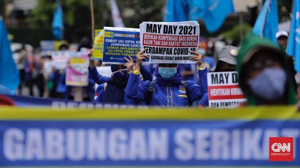 Gabungan Buruh dan Mahasiswa menggelar aksi memperingati Hari Buruh atau May Day di Jakarta, Sabtu, 1 Mei 2021. Dalam aksinya mereka meminta pemerintah untuk mencabut Omnibus Law dan memberlakukan upah minimum sektoral. CNN Indonesia/Adhi Wicaksono
