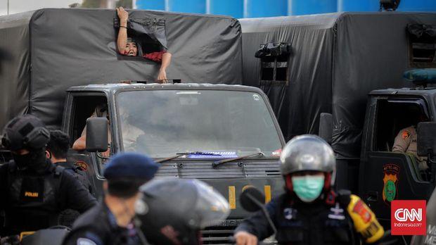 Petugas kepolisian menangkap dan membubarkan mahasiswa yang ikut serta dalam aksi hari buruh di Jakarta, Sabtu, 1 Mei 2021. CNN Indonesia/Adhi Wicaksono
